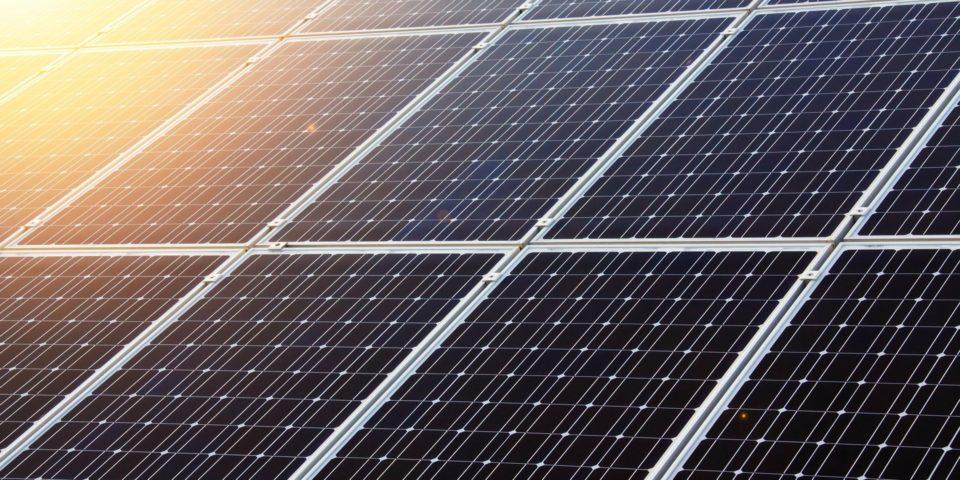 太陽光発電と蓄電池を組み合わせて使うことによるメリットを解説した記事中のイメージ画像です。